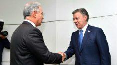 Álvaro Uribe saluda a su sucesor en la Presidencia de Colombia, Juan Manuel santos, en la Casa de Nariño.
