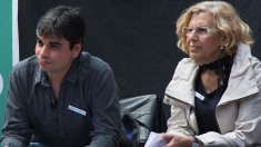 Jorge García Castaño haciendo campaña con Manuela Carmena. (Foto: AM)