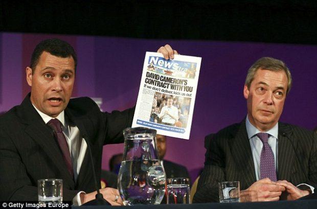 Steven Woolfe con un periódico en la mano acompañado de Nigel Farage, ambos miembros del UKIP. GETTYIMAGES