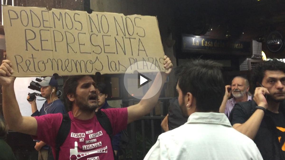 El ex candidato de Podemos en Sevilla, Lagarder Lanciu, increpa a Pablo Iglesias. (Foto: OKD)