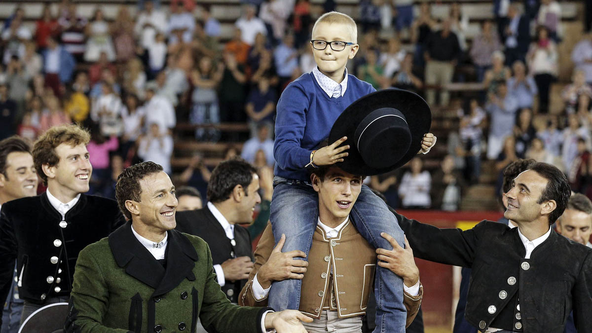 Adrián salió a hombros de su homenaje en Valencia (Foto: EFE)