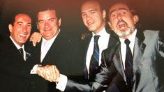 Martín Morales estrecha la mano de Francisco Correa, junto al también imputado Jacobo Gordon.