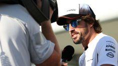 Fernando Alonso atiende a los medios de comunicación. (AFP)