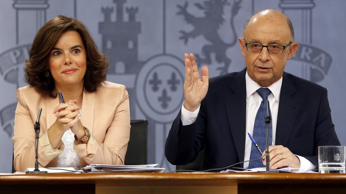 La vicepresidenta del Gobierno. Soraya Sáenz de Santamaría y el ministro de Hacienda, Cristóbal Montoro. (Foto: EFE)