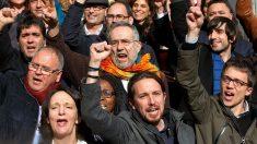 Pablo Iglesias, Íñigo Errejón y otros miembros de Podemos, a las puertas del Congreso de los Diputados (Foto: Getty)