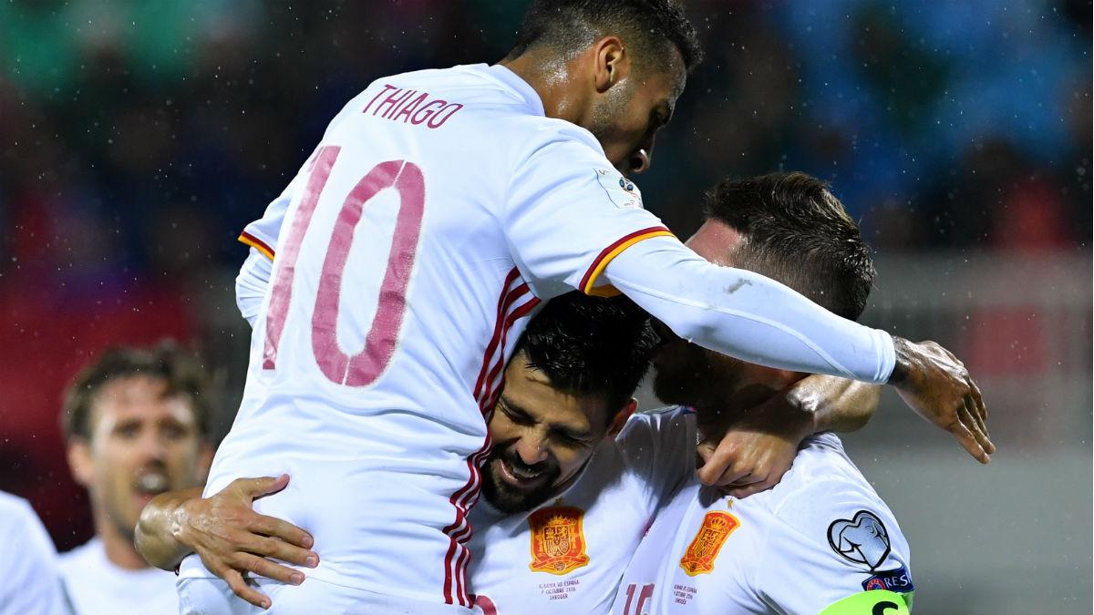 Thiago y Ramos hacen piña con Diego Costa tras su gol con España. (AFP)