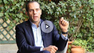 Juan Verde, colaborador de la campaña de Hillary Clinton, durante la entrevista. (Foto y Vídeo: E. Falcón)