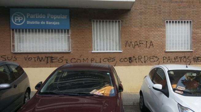 Atacan la sede del PP de Barajas: «Sois la mafia, vuestros votantes cómplices, paletos, retrasados»