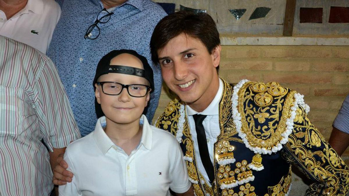 El pequeño Adrián posa con el torero Roca Rey, profesión que le gustaría realizar cuando supere el cáncer y crezca.