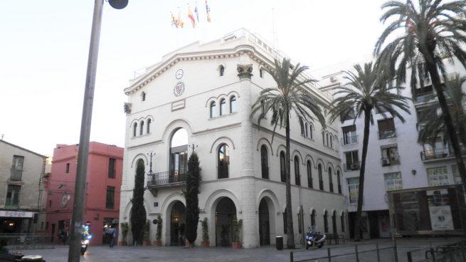 Un juez prohíbe abrir el Ayuntamiento de Badalona en Fiesta Nacional