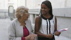 Manuela Carmena con una adolescente colombiana de 15 años, Yadis Xiomara Chicó Mina, embajadora de Plan International. EFE