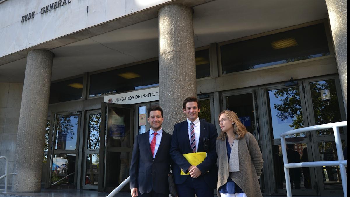 La plataforma vecinal 'Madrid Lo Vale' a las puertas de los Juzgados de Plaza Castilla. (Foto: OKDIARIO)