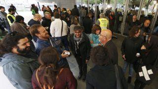 Varios concejales congregados a las puertas del Ayuntamiento de Badalona. (Foto: EFE)