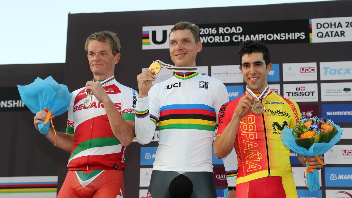 Castroviejo, junto a Martin y Kiryienka en el podio de Doha. (AFP)