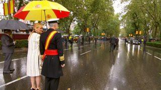 Cristina Cifuentes con su paraguas rojigualda antes del desfile de las Fuerzas Armadas.