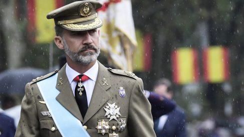 Felipe VI bajo la lluvia antes del desfile de las Fuerzas Armadas. (Foto: EFE)