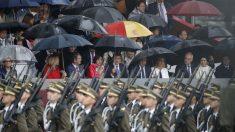 El desfile de las Fuerzas Armadas pasa frente a los presidentes autonómicos, entre los que se encuentran Susana Díaz, Javier Fernández o Miguel Ángel Revilla. (Foto: EFE)