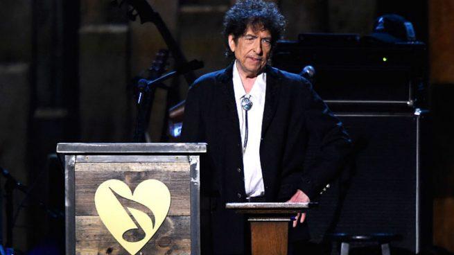 Tras meses de suspense, Bob Dylan recibe este fin de semana en Estocolmo, en el mayor secretismo, su Nobel de Literatura de manos de los académicos suecos, que se lo concedieron por su poesía.