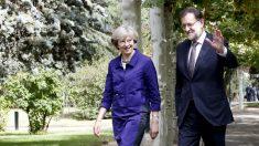 Mariano Rajoy y Theresa May en los jardines de la Moncloa. (EFE)