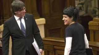Carles Puigdemont habla con la ex diputada de la CUP Anna Gabriel. (Foto: EFE)