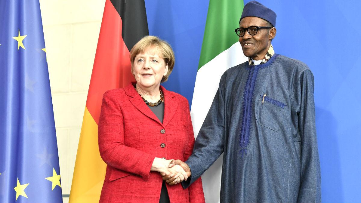 Merkel y el presidente de Nigeria este viernes (Foto: AFP).