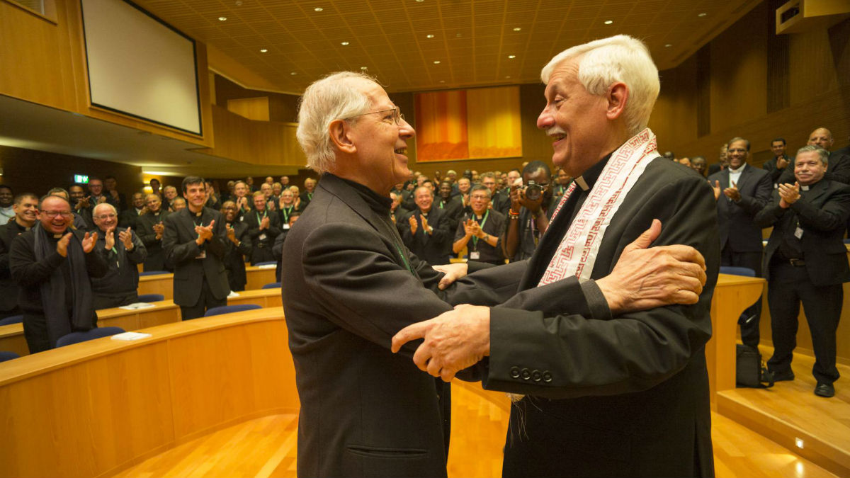 Arturo Sosa (derecha) con su antecesor en el cargo, Adolfo Nicolás, tras ser elegido en Roma este viernes. CONGREGACIÓN GENERAL DE LOS JESUITAS