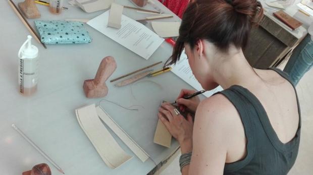 Alumna de la industria de la piel trabajando (Foto: Movex Facebook)