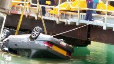 Momento de la extracción del coche de una de las esclusas del Canal de Panamá.