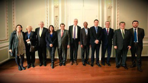 Colau y Carmena (izqda.) posan con alcaldes de todo el mundo, entre ellos la parisina Anne Hidalgo, en Bogotá.