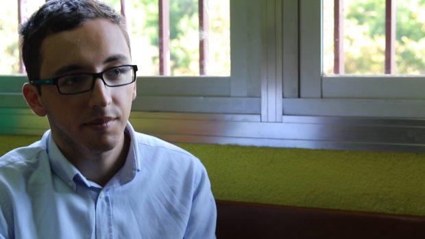 El redactor de OKDIARIO escucha durante la entrevista. (Foto: OKDIARIO)
