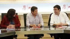 Javier Fernández, presidente de la gestora del PSOE, entre Asunción Godoy (Organización) y Mario Jiménez (portavoz). (EFE)