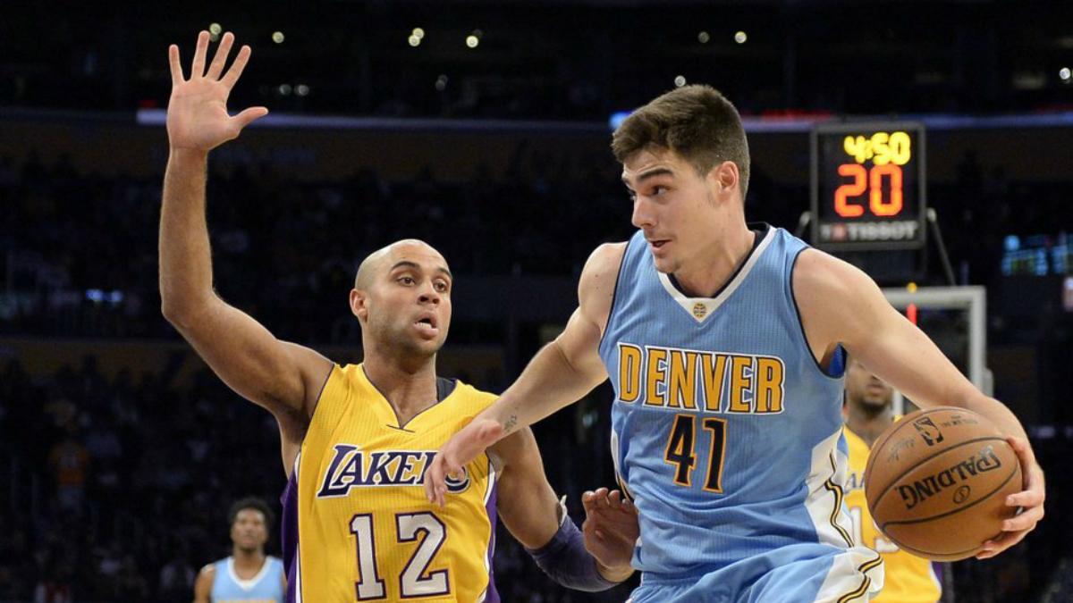 Juancho Hernangómez entra a canasta en el partido frente a los Lakers. (Twitter)