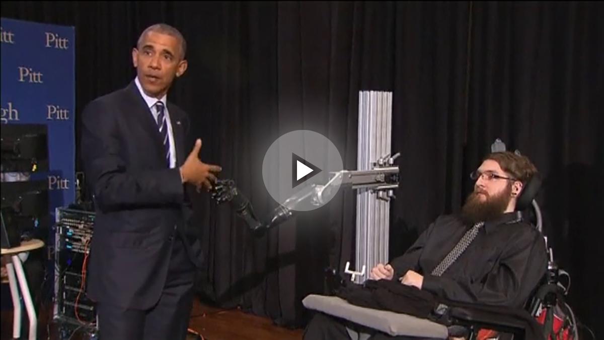 El original saludo de Obama y un hombre tetrapléjico con su nuevo brazo robótico