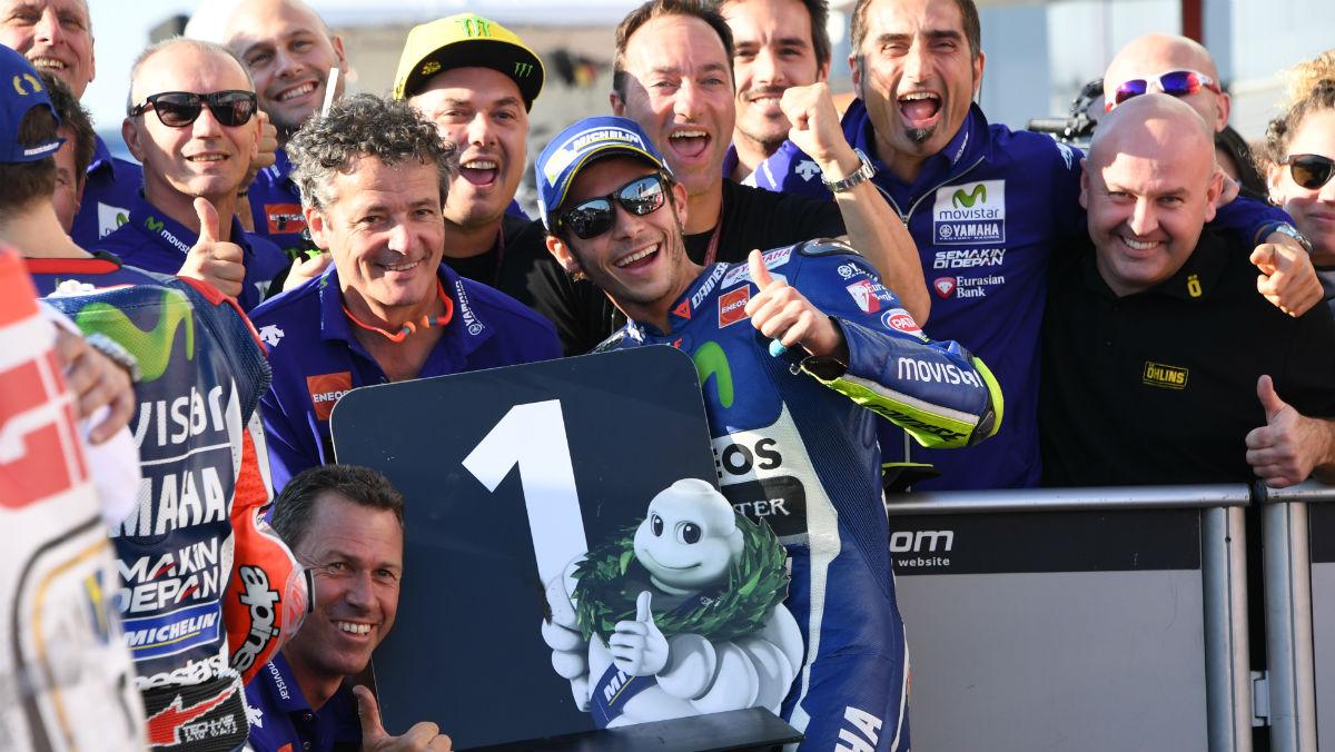 Valentino Rossi celebra la pole en Motegi. (AFP)