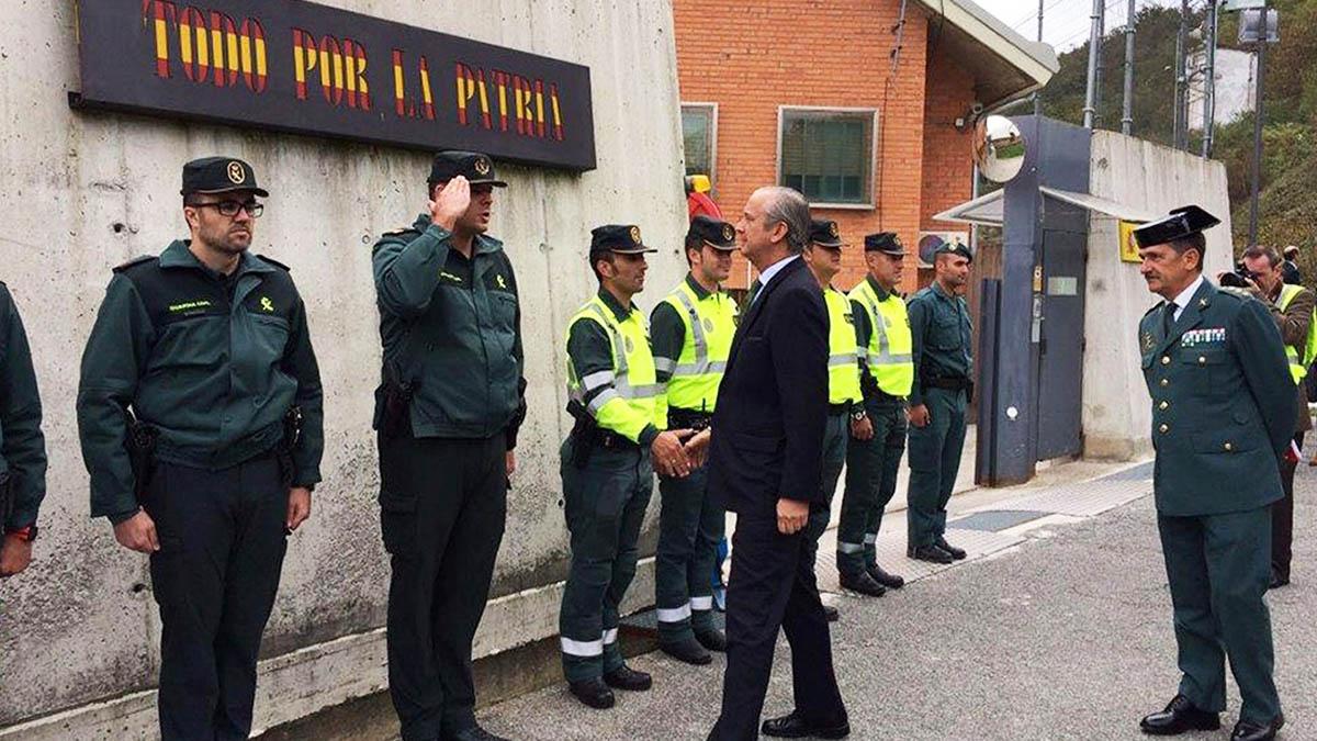El director general de la Guardia Civil, Arsenio Fernández de Mesa y el Coronel Jefe de la Zona de Navarra, Javier Hernández (d), durante la visita que han realizado este mediodía a la casa cuarel de la Guardia Civil de Alsasua (Foto: EFE)