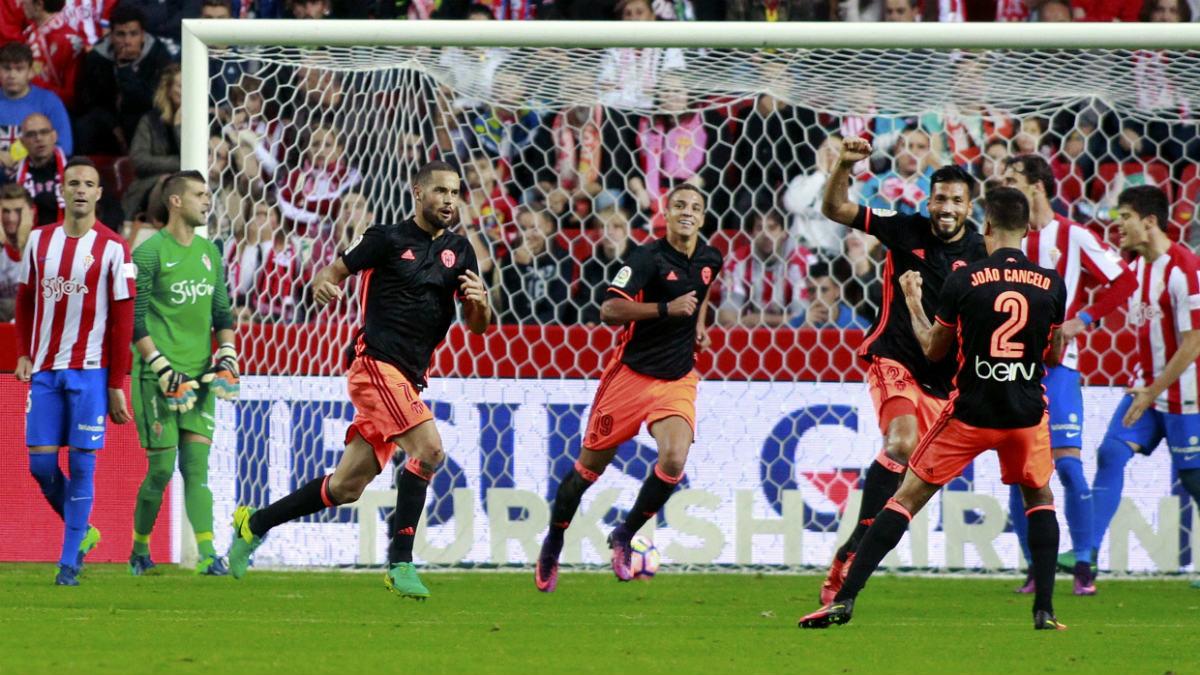 Mario Suárez dio el primer triunfo de la era Prandelli. (EFE)