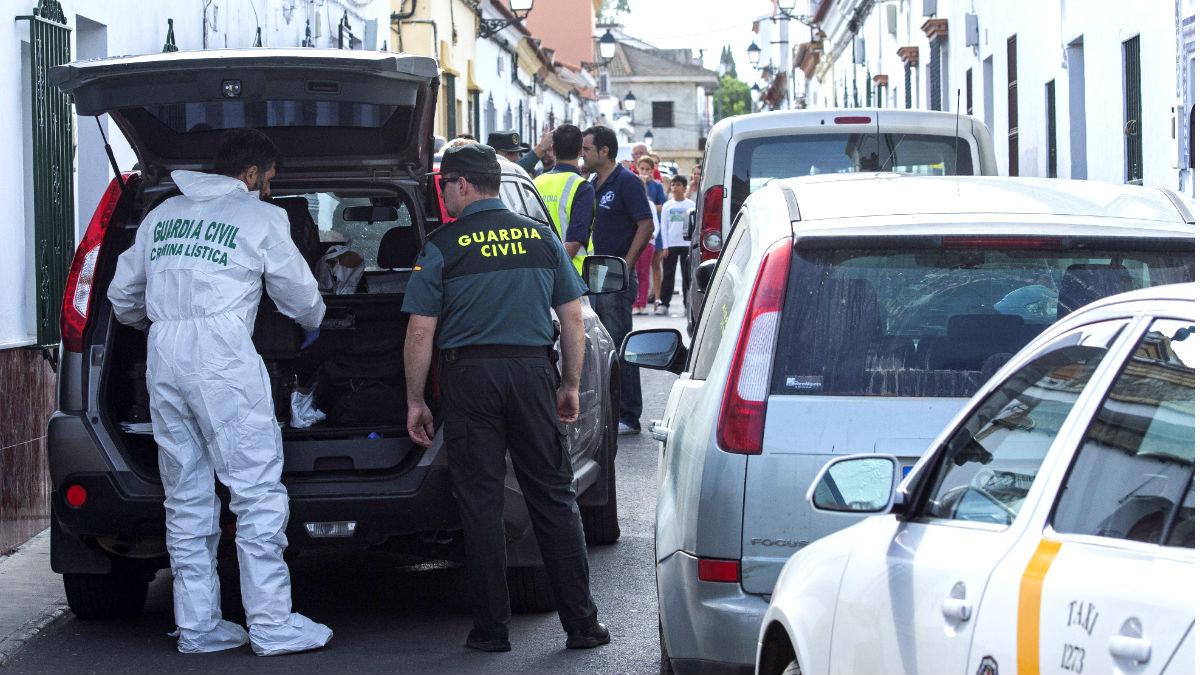 Agentes de la guardia civil ante el domicilio donde se produjo el asesinato (Foto: Efe).