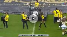 La interpretación del himno del América recuerda al del Sevilla.