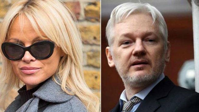 Pamela Anderson «tortura» a Julian Assange con comida vegana