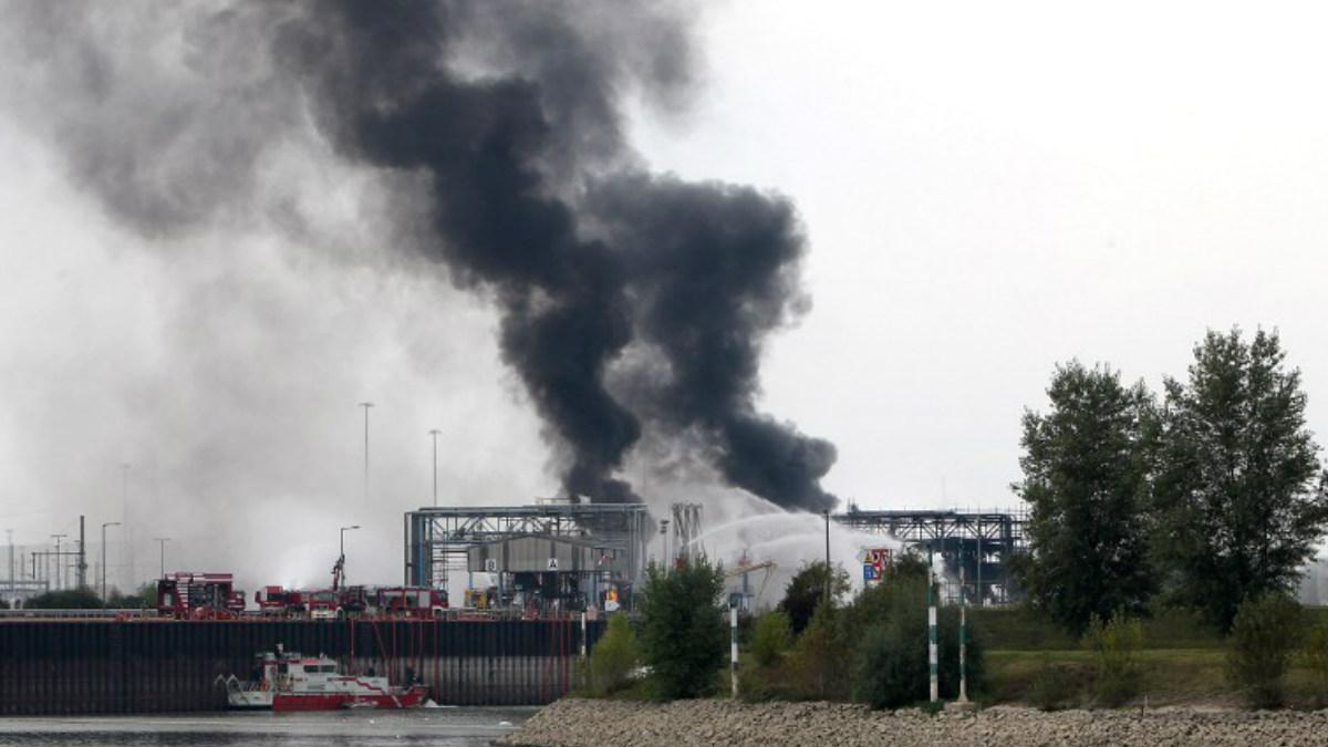 El humo se eleva por encima de la factoría del grupo BASF. AFP