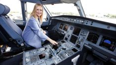 La presidenta de la Comunidad de Madrid, Cristina Cifuentes, a los mandos de la aeronave. (Foto: CAM)