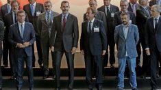 El rey Felipe VI posa para la foto de familia, en la que el alcalde de La Coruña se ha presentado con vaqueros y sin corbata, durante la inauguración del XIX Congreso Nacional de la Empresa Familiar. (EFE)