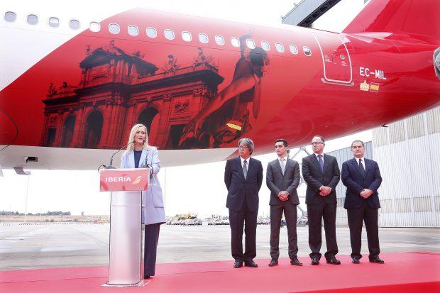 En los hangares de Iberia se ha presentado la nueva línea aérea que unirá Madrid con Tokio. (Foto: CAM)