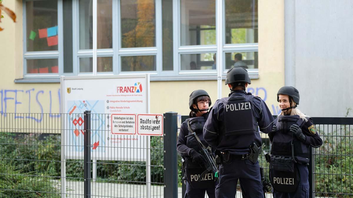 Policía custodiando una escuela en la ciudad de Leipzig (Foto: AFP)