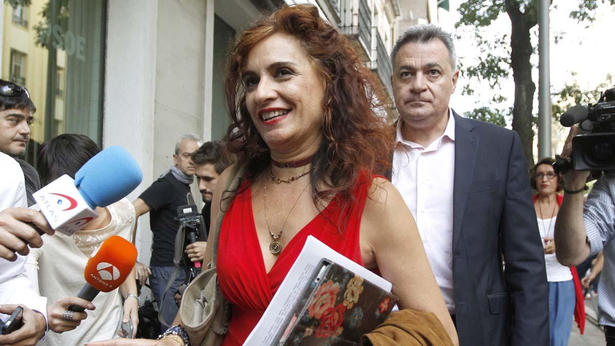 María Jesús Montero y Wilfredo Jurado miembros críticos de la Comisión de Ética y Garantías del PSOE a su llegada a la sede de Ferraz. (Foto: EFE)