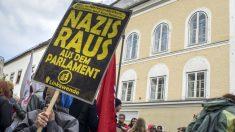Manifestación contra los neonazis frente a la casa natal de Hitler en Branau am Inn (Austria). (AFP)