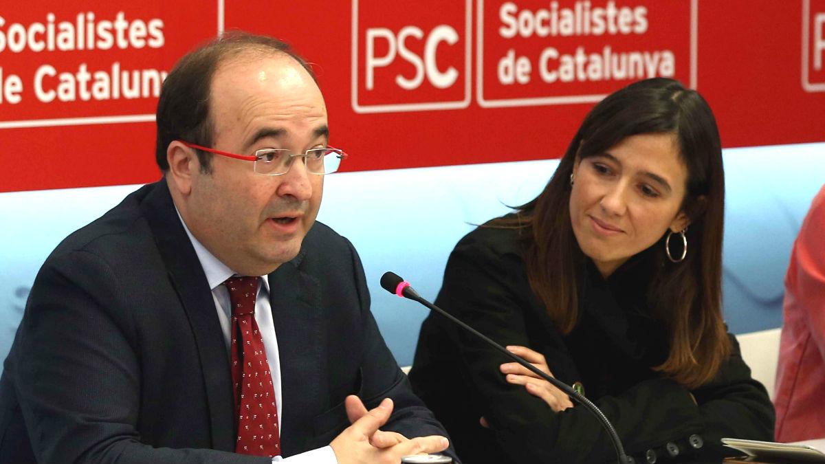 El primer secretario del PSC, Miquel Iceta, es observado por su número 2, Núria Parlon. (EFE)