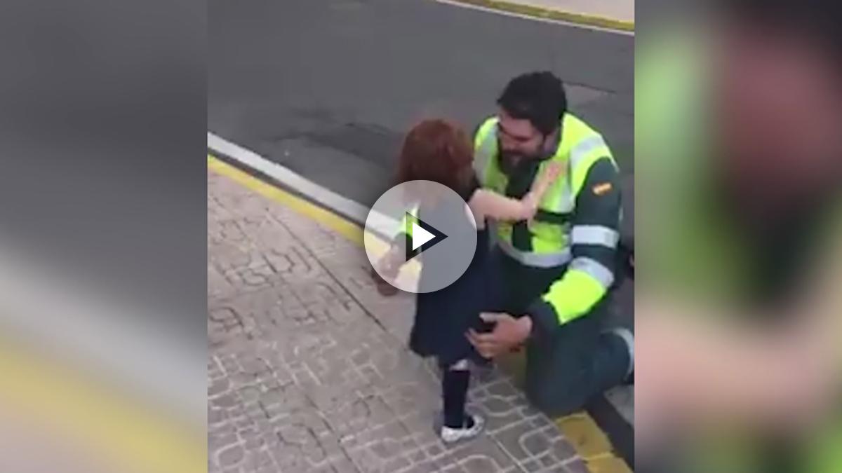 Una pequeña recibe a su papá guardia civil en la Comandancia de Almería.
