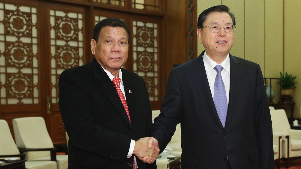 Rodrigo Duterte, izquierda, estrecha la mano al presidente del Congreso Nacional chino, Zhang Dejiang. (Foto: AFP)