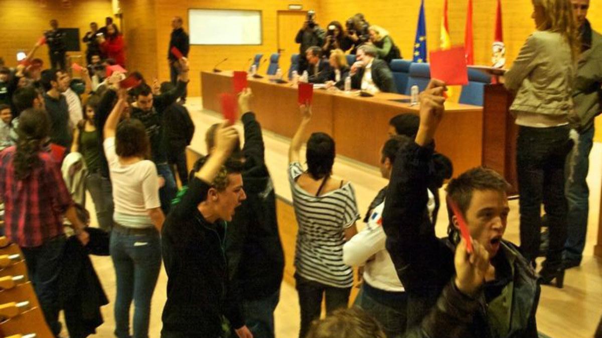 Errejón, en primer plano, y Pablo Iglesias (izqda. con camisa de cuadros) en el boicot a Rosa Díez de 2010 en la UCM.